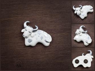 White metallic bull magnet